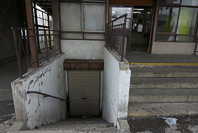 弘南鉄道・弘南線・弘前東高前駅の駅舎、地下への階段