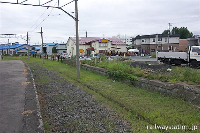 弘南鉄道・弘前東高前駅、レールが剥がされた番線と側線跡ホーム
