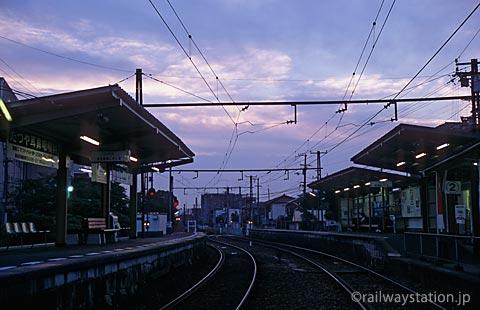 高松琴平電鉄・志度線、夜が迫る琴電屋島駅のプラットホーム