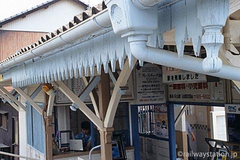 高松琴平電鉄・元山駅、軒飾りなど装飾が楽しい木造駅舎