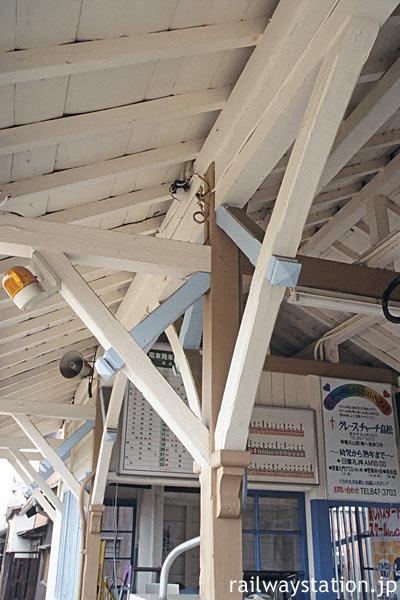 高松琴平電鉄・長尾線・元山駅、駅舎の軒を支える木の柱