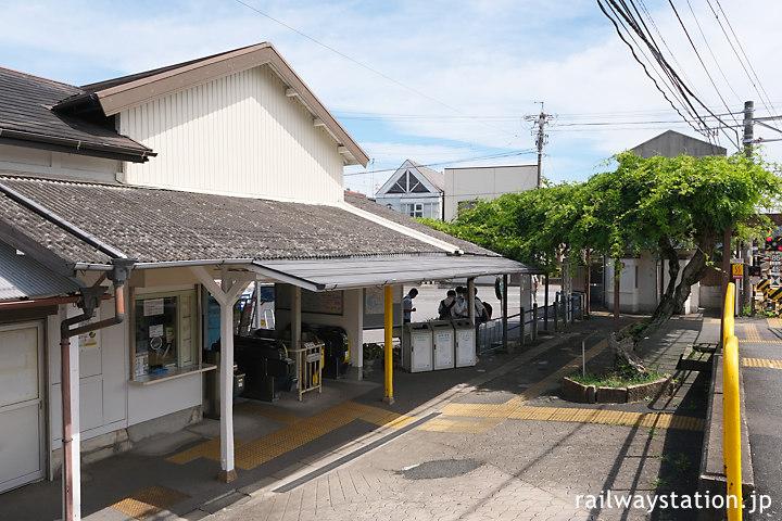 名鉄富貴駅、木造駅舎に藤棚のある佇まいが印象的な駅構内