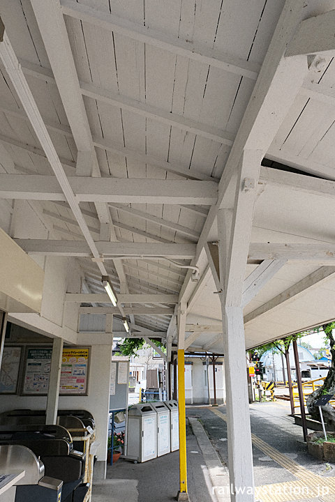名鉄富貴駅、木造駅舎らしいホーム側の軒