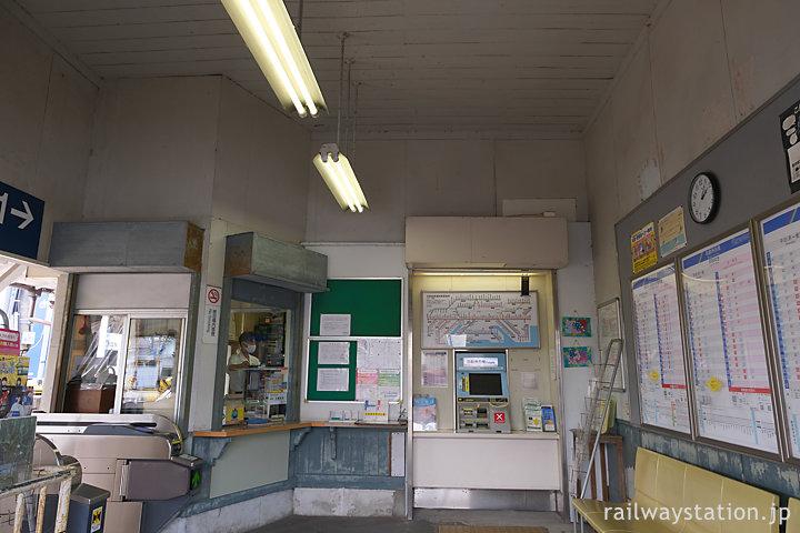 名鉄・富貴駅の木造駅舎、昭和のムード漂う待合室と窓口