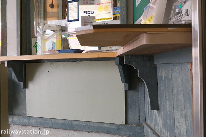 名鉄富貴駅の木造駅舎、出札口の持ち送り