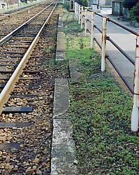 名鉄瀬戸線・平池駅廃駅跡、構内通路の切り欠きがある上りホーム跡