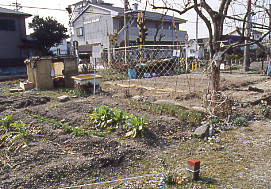 名鉄瀬戸線の廃駅・平池駅跡、駅舎があった下りホーム沿いの畑