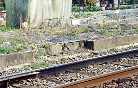 名鉄瀬戸線の廃駅・平池駅跡、下りホーム跡に残る切り欠き。