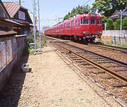 名鉄瀬戸線の廃駅、笠寺道駅跡を通り過ぎていく列車