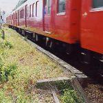 名鉄瀬戸線の廃駅、霞ヶ丘駅のプラットホーム跡を列車が通過