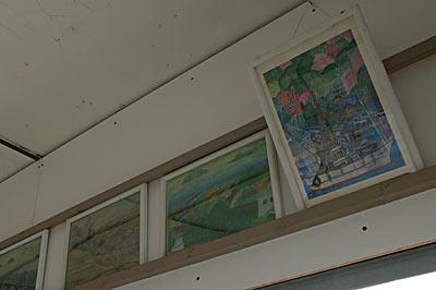 名鉄蒲郡線・西幡豆駅、待合室に飾られた絵画