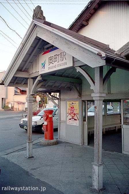名鉄尾西線・奥町駅の木造駅舎、車寄せ