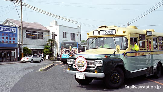 尾張瀬戸駅前にやってきたレトロなボンネットバス、ボン太号