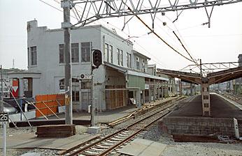 名鉄・尾張瀬戸駅、新駅舎側から旧駅舎とプラットホームを見る