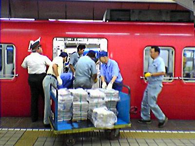 新名古屋駅で列車に新聞を積み込み名鉄沿線に輸送