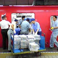 名鉄名古屋駅、列車への新聞積み込み作業