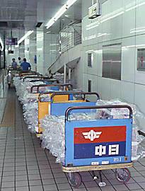 名鉄名古屋駅の新聞輸送、列車への積込みを待つ新聞の台車の列