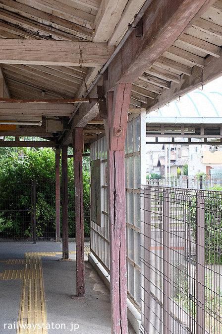 名鉄三河線・高浜港駅の木造駅舎、古い軒と柱