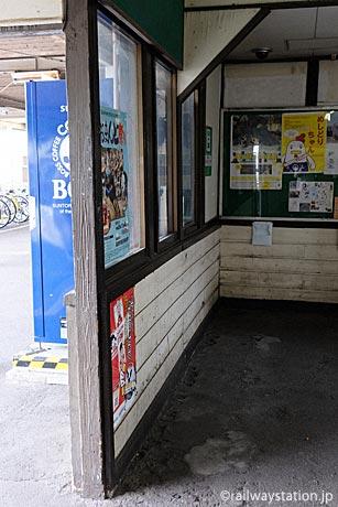 名鉄三河線・高浜港駅、古い木の質感残る木造駅舎