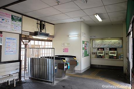 名鉄三河線・高浜港駅、切符売場と改札口