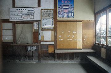 長野電鉄・長野線・信濃竹原駅の木造駅舎、閉鎖された待合室