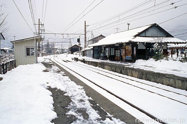 長野電鉄、雪の信濃竹原駅、プラットホームと木造駅舎