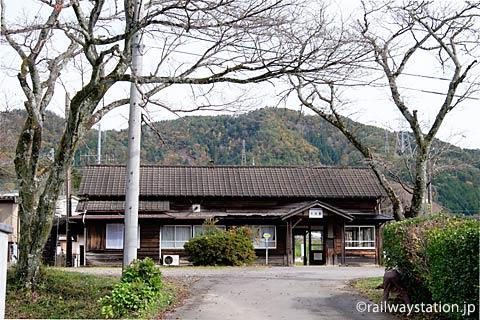 長良川鉄道・大矢駅、木造駅舎と駅前の桜の木