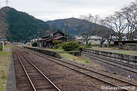 長良川鉄道・大矢駅、国鉄小駅らしさ残る旅客と側線跡ホーム