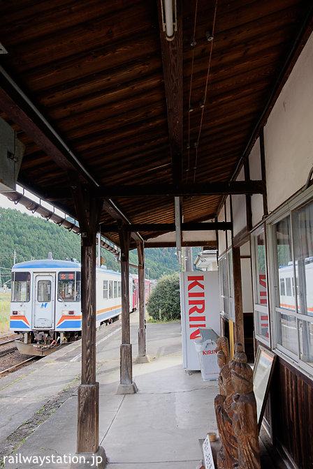 長良川鉄道。大矢駅に入線するレールバス