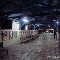南海・多奈川線・深日港駅、木の上屋と幅広のプラットホーム