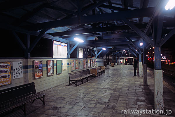 南海多奈川線・深日港駅、歴史感じるプラットホーム