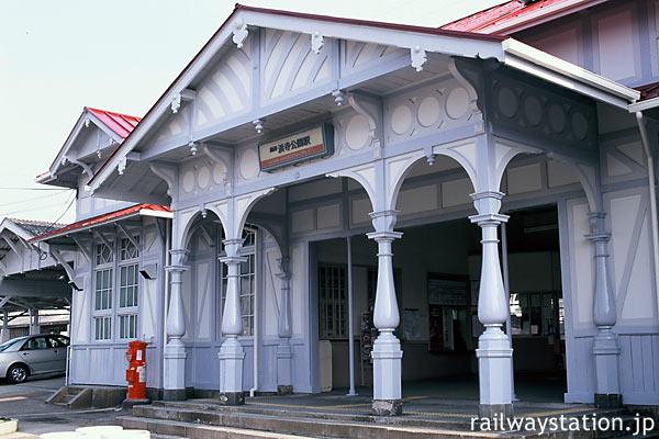 浜寺公園駅、ハーフティンバーや柱の形など瀟洒な造りの洋風駅舎