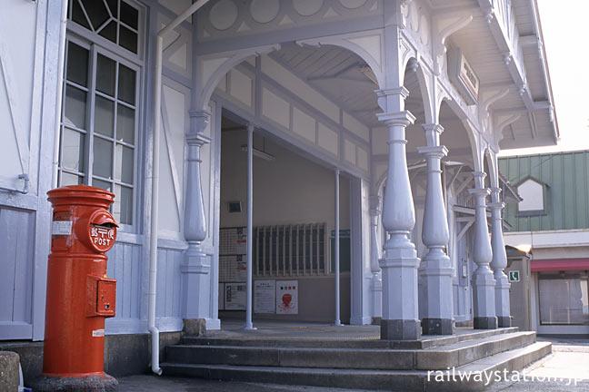 堺市、南海・浜寺公園駅、明治の洋風駅舎に丸ポストが寄り添うレトロな風景