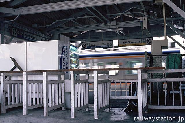 南海電鉄・浜寺公園駅、駅舎横の屋外に木製の改札口がある。