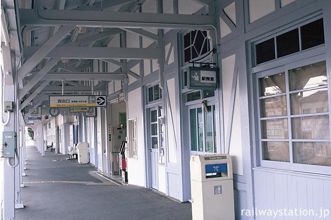南海・浜寺公園駅、木造駅舎らしいレトロなムードのプラットホーム