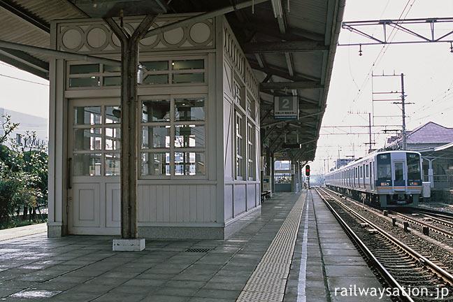 南海・浜寺公園駅ホーム、駅舎と似たデザインの待合室