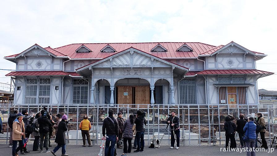 保存に向け曳家中の浜寺公園駅駅舎