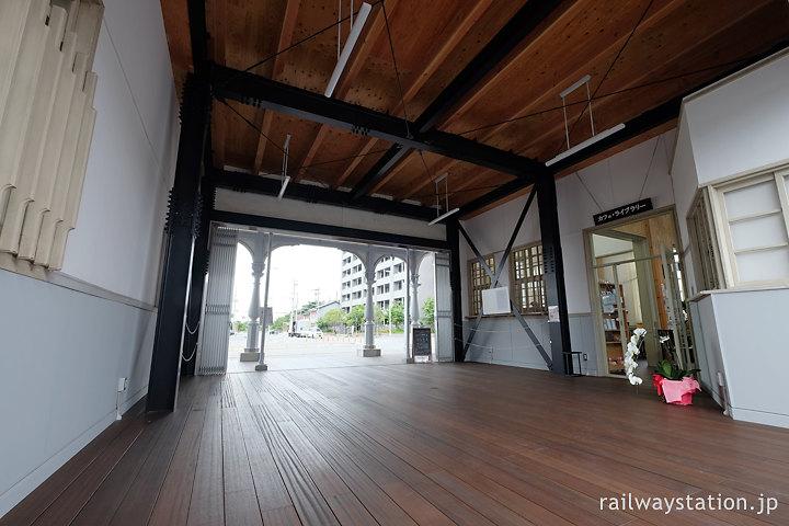 浜寺公園駅旧駅舎、イベントホールになった改札・窓口周辺