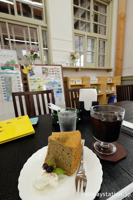 堺市、南海浜寺公園駅旧駅舎のカフェ