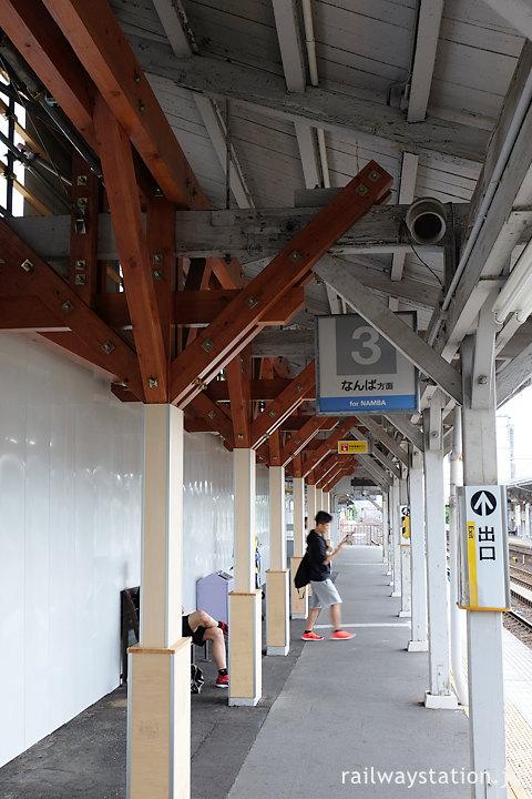 工事中の浜寺公園駅、古い上屋の新しい木の柱