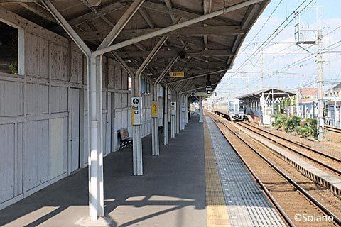南海電鉄・浜寺公園駅、古レールを使った柱がある3番線