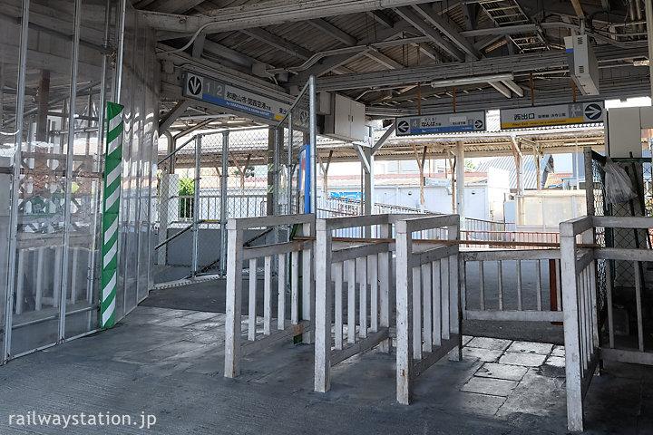 浜寺公園駅、屋外改札口跡にある木のラッチ