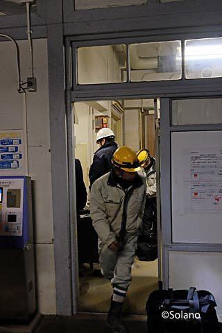 南海・浜寺公園駅、駅舎切り替え作業の作業員