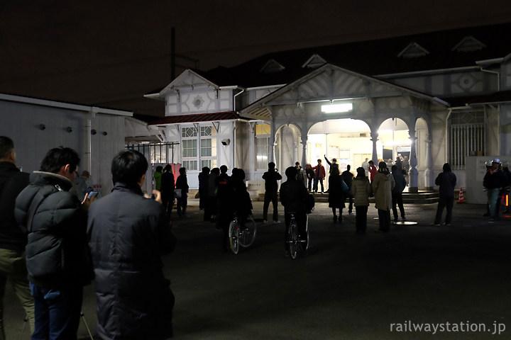 南海、明治の洋風駅舎の引退迫る浜寺公園駅に集まる人々