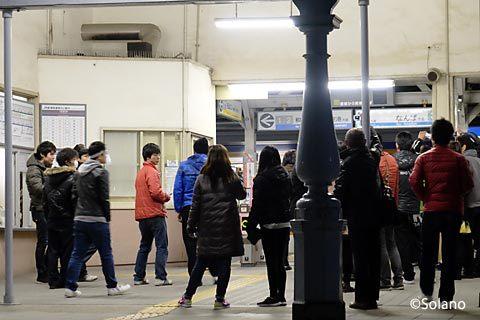 浜寺公園駅、明治の洋風駅舎が迎える最後列車を見送る人々