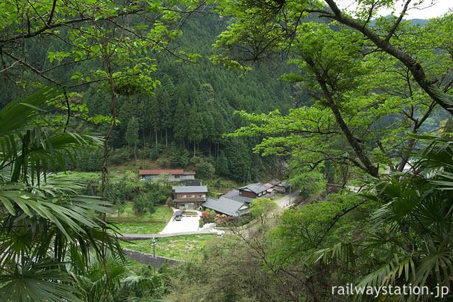 南海電鉄・高野線、紀伊細川駅から見下ろす駅前の集落