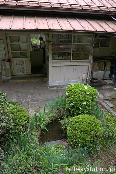 南海電鉄・高野線・紀伊細川駅、金魚のいる池と木造駅舎