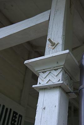 南海電鉄・高野線・紀伊細川駅の木造駅舎、軒柱の装飾