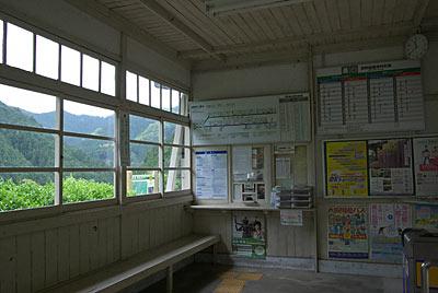 南海電鉄・高野線・紀伊細川駅の木造駅舎、待合室
