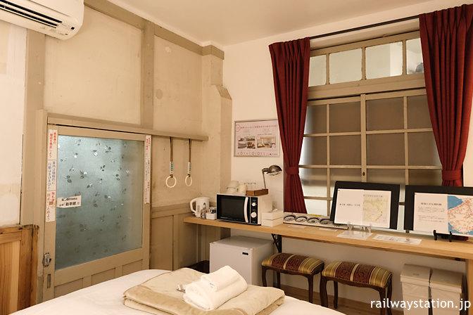 高野下駅舎ホテルの部屋「天空」、壁際のテーブルなど